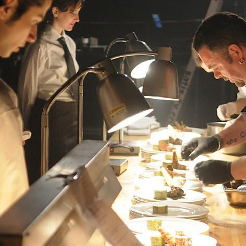 Anrichten der Hauptgangspeisen  | Messerich Catering
