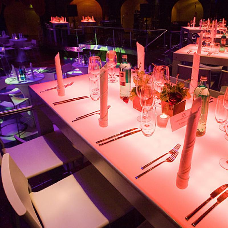 Was für ein Auftritt: Leuchttische tragen zu einem wunderbaren Ambiente bei | Messerich Catering