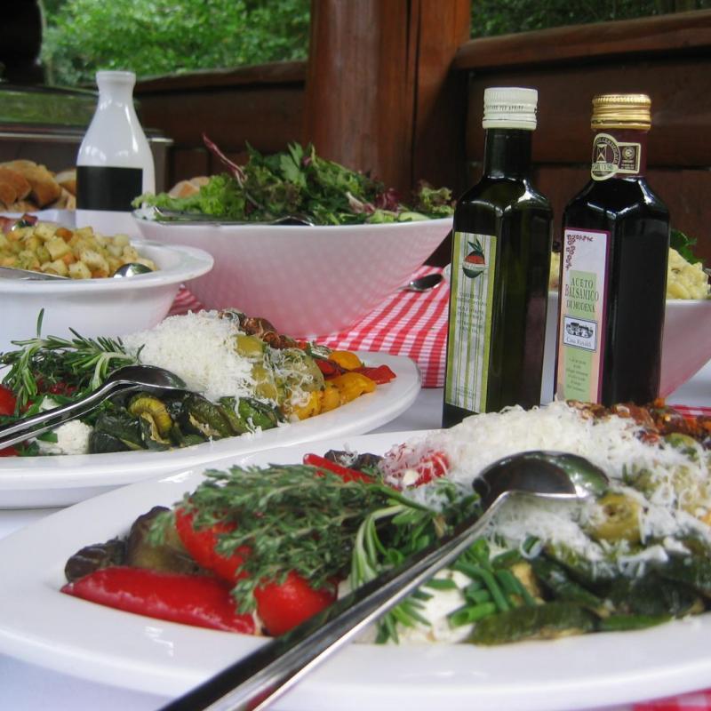 Antpasti und leckere Salate - so könnte Ihr Grillbuffet abgerundet werden  | Messerich Catering