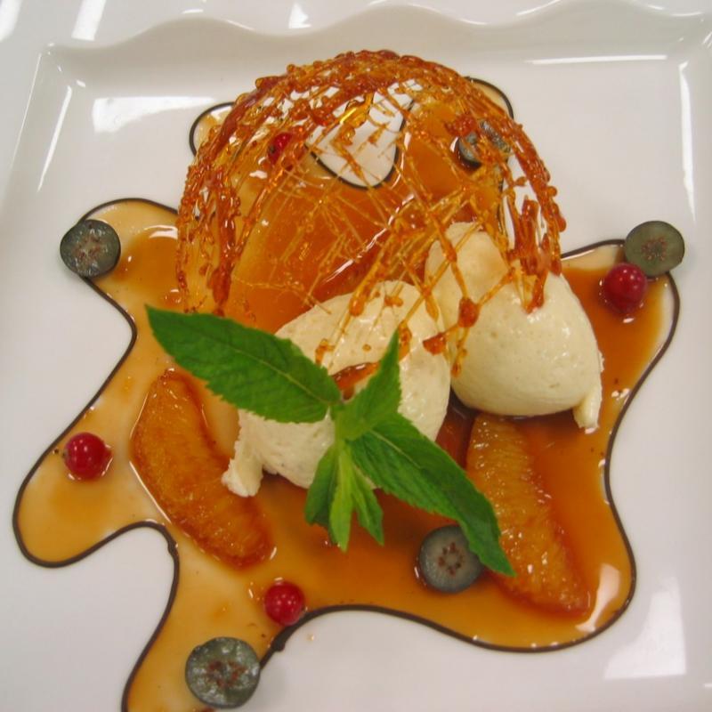 Mousse von der weißen Valhrona Schokolade unter der Zuckerkuppel  | Messerich Catering