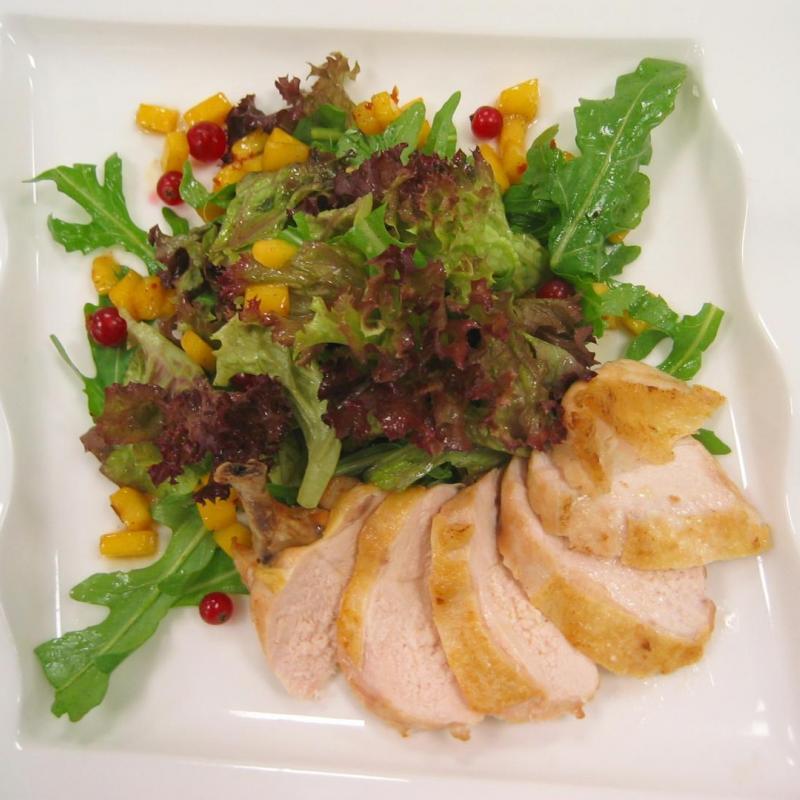 Frischer Sommersalat mit gebratener Maispoularde und Granatapfel  | Messerich Catering