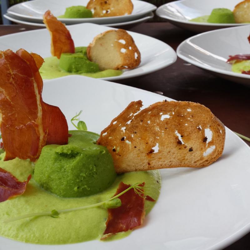 Pata Negra mit Erbsen, Minze und Holzkohleöl, knuspriger Gemüsechip | Messerich Catering