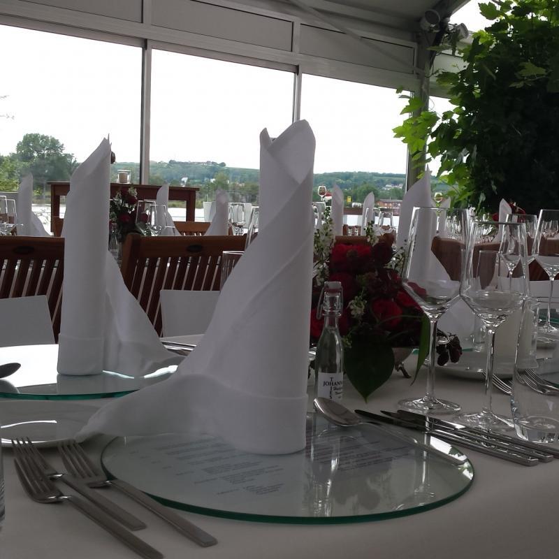 Gedeckte Hochzeitstafel, Insel Nonnenau | Messerich Catering