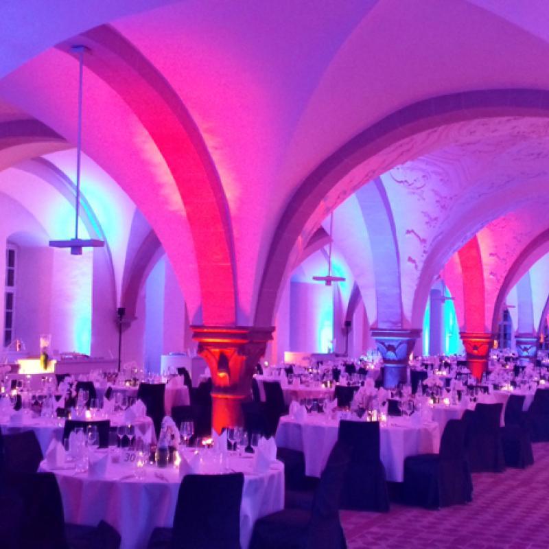 Dinnerbereich und Buffetstationen im Kloster Eberbach | Messerich Catering