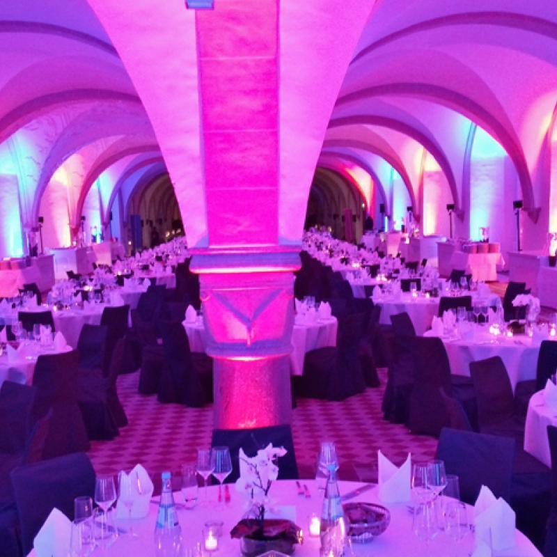 Dinnerbereich mit Buffetstationen im Kloster Eberbach | Messerich Catering