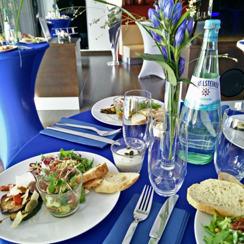 Eingedeckter Vorspeisenteller zum Business Lunch in der Location Aircraft at Burghof, Dreieichenhain    Messerich Catering