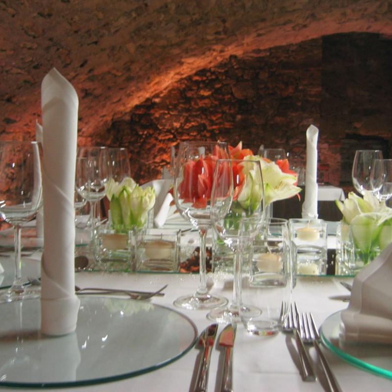 Eingedeckter Tisch im Gewölbekeller | Messerich Catering