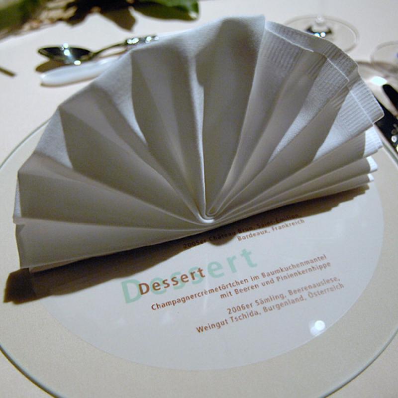 Gedeckeindeckung mit Glasscheibe als Platzteller  | Messerich Catering