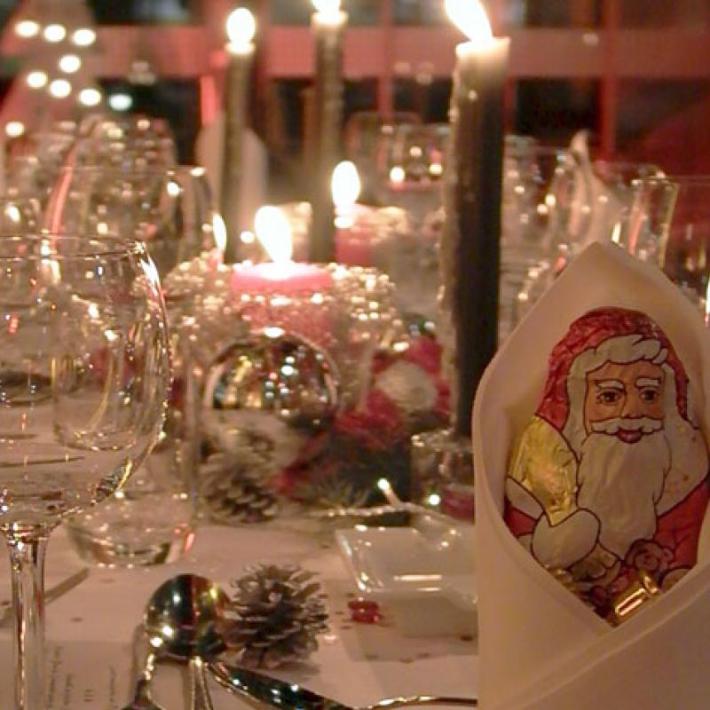 Der Weihnachtsmann im Serviettenmantel  | Messerich Catering